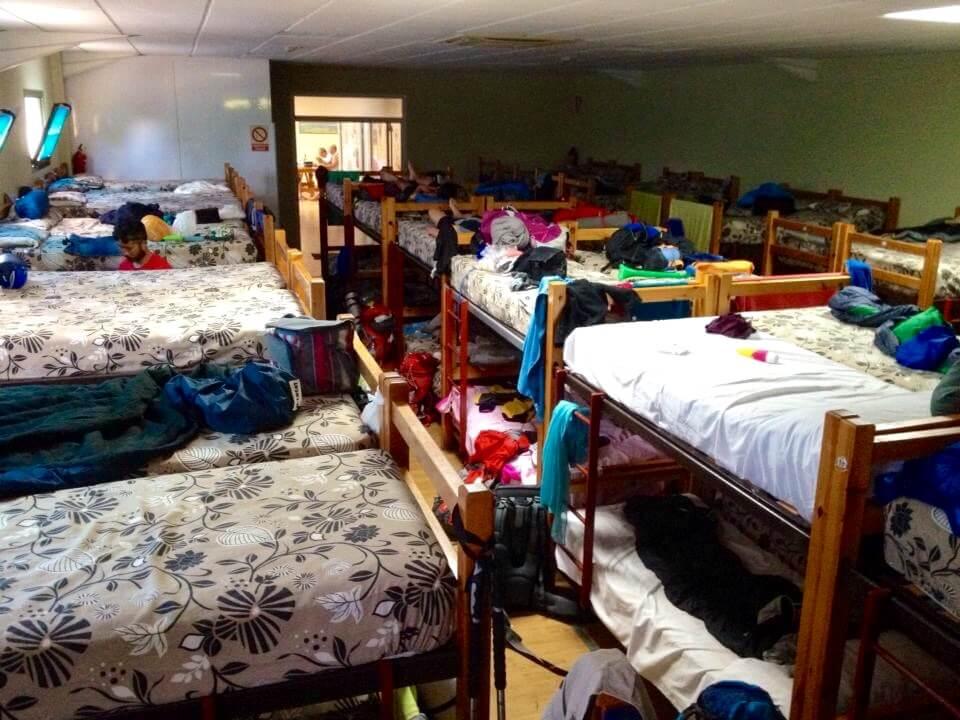 大きな部屋に大量の二段ベットがびっちり並んでいる。まるで強制収容所。ベットの間隔が狭すぎて知らない外人と添い寝状態で就寝。