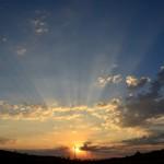 一眼レフカメラで光芒の撮影。神々しい光を撮影する2つのコツ。