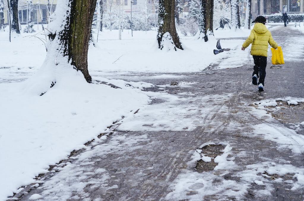 滑らない靴と転ばない歩き方